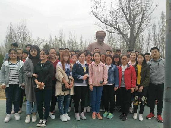 """夺泸定桥""""、""""七七事变""""等具有 等反映不同时期英雄模范的人物雕"""